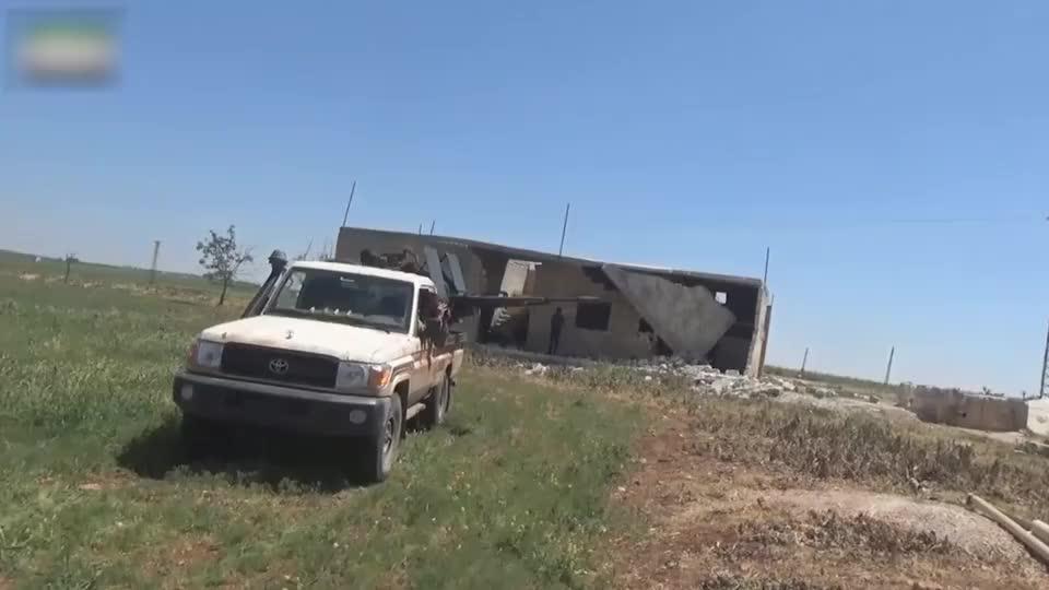 实拍叙利亚战争:叛军用高射重机枪扫射,司机因无聊便拿望远镜看