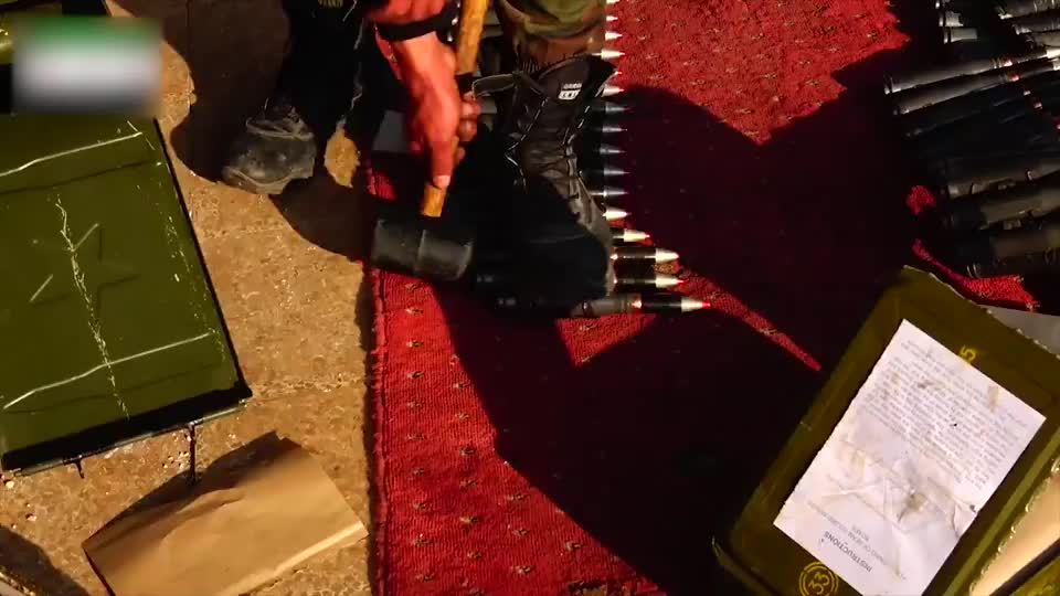 实拍叙利亚战争:叛军装子弹时又是踩又是锤的,胆子是真的够大!