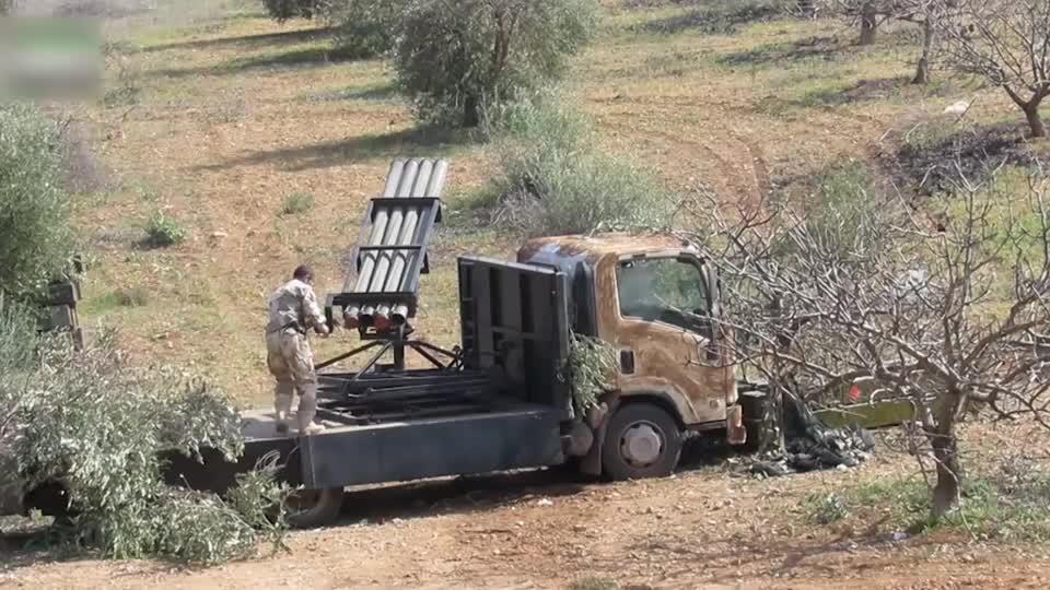 实拍叙利亚战争:叛军这重武器,一次可装4发炮弹,为何只装2发?