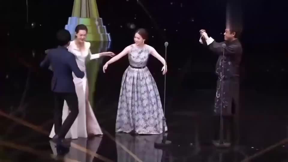 黄子佼颁奖典礼上, 遇到曾宝仪和小s两位前任女友,场面尴尬又搞笑