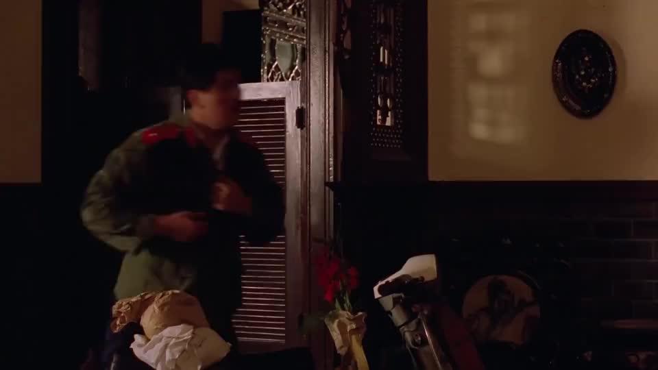 钟楚红让华仔躲进柜子里,华仔:没关系,这种事情我干多了