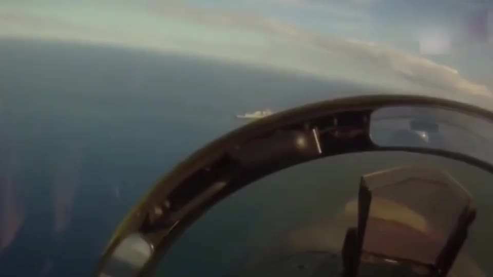 美军F-18战斗机跟拍战斧巡航导弹,结果跟丢了,太丢脸了