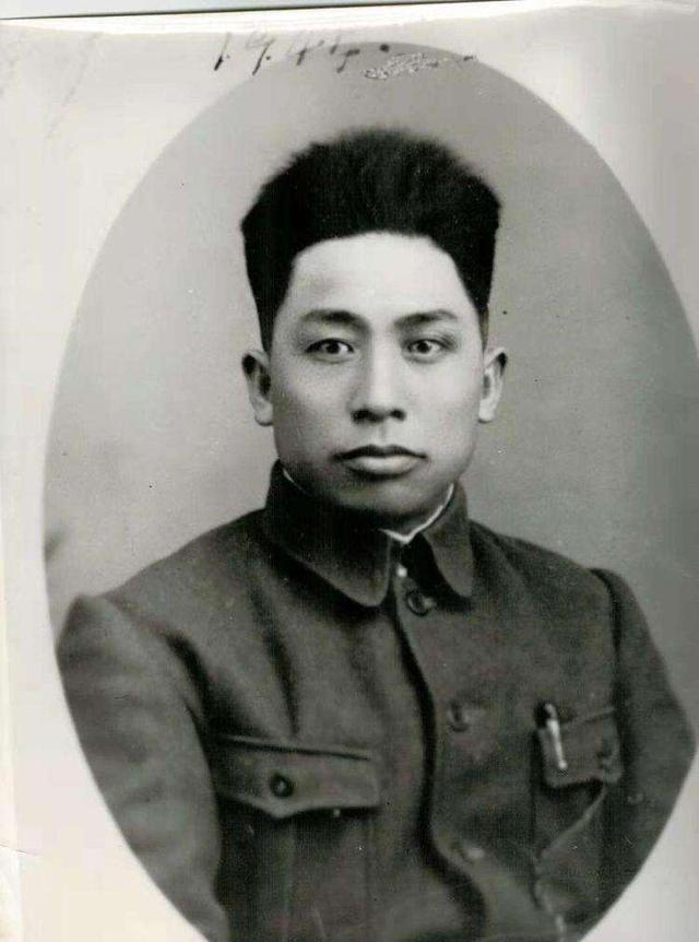 抗日战争时期 他用三年时间打开边境 解放后 他稳住了力量 黑山阻止了战争 他取得了最大的成就