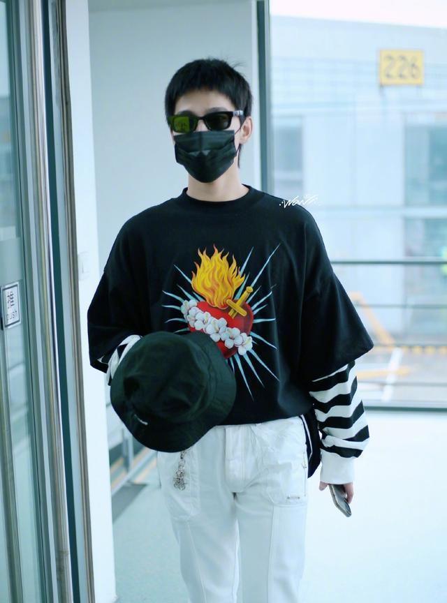 杨洋机场饭拍,黑色条纹叠穿卫衣搭配白色长裤,休闲又时尚!