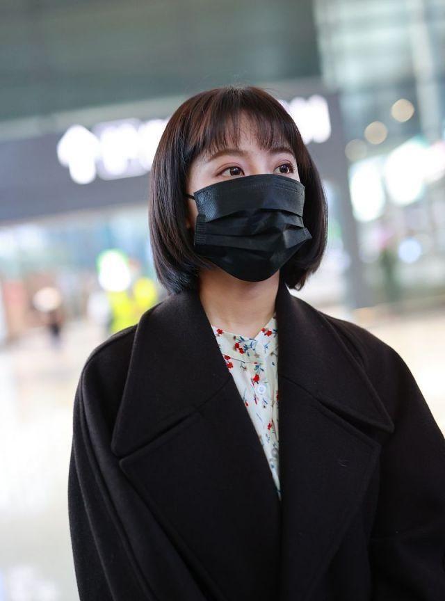 李艺彤蕾丝白裙搭呢子大衣美又显气质,刘海+齐脖短发可爱减龄