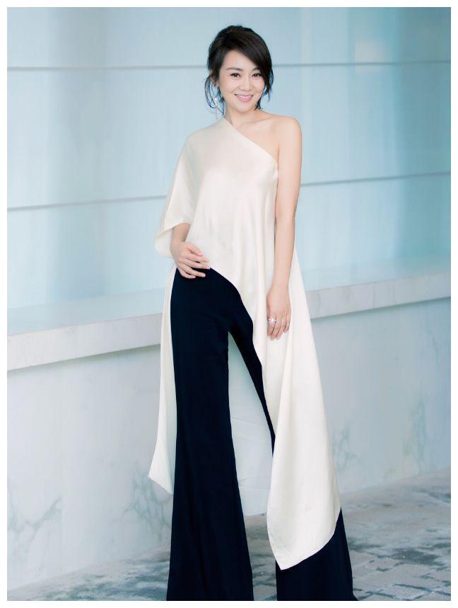 """她主演《武林外传》中的""""佟湘玉""""让她一炮走红,46岁美得逆龄"""