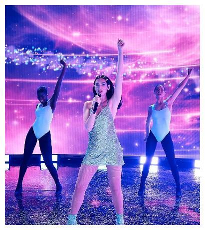 啪姐蓝色亮片吊带裙献唱AMA舞台,温碧霞节目中跳舞大秀身材