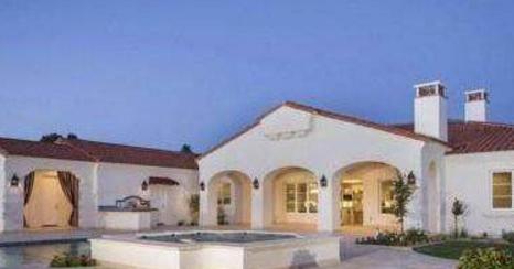 带你看菲尔普斯住的豪宅,住在独栋的矮别墅里,有超大露天游泳池