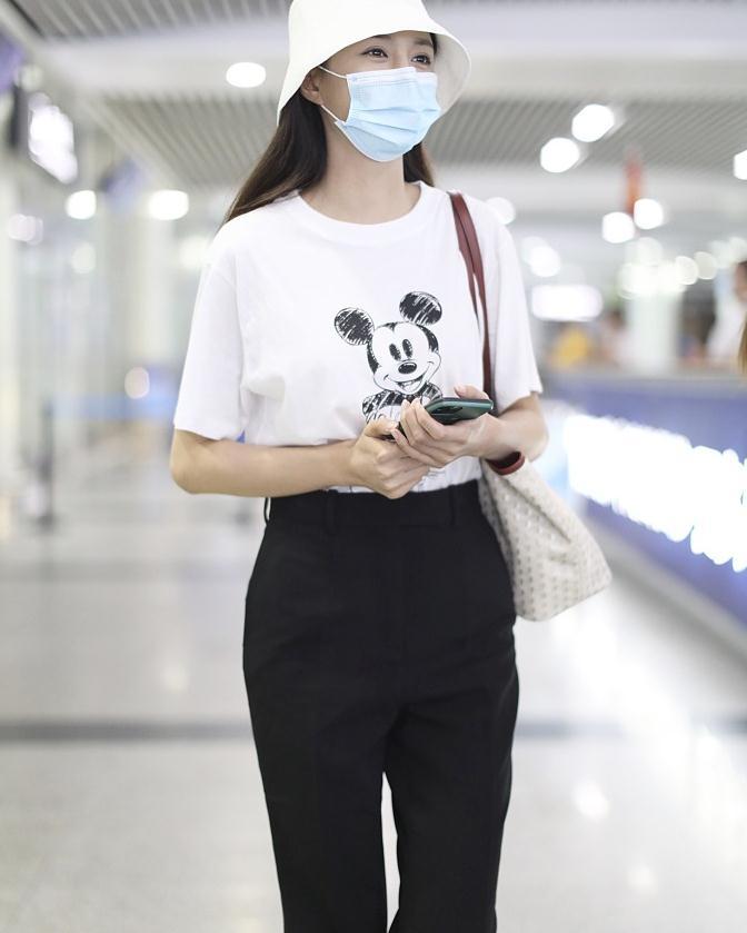 沈梦辰街拍:米奇T恤黑色喇叭裤Converse球鞋少女感十足