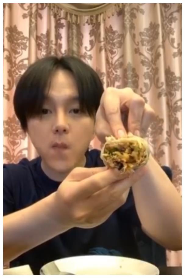尹正吃春饼嚼121下,蔡徐坤吃饺子嚼97下,朱正廷:胖是有原因的