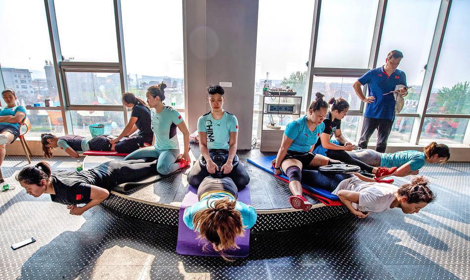 2020年东京奥运会延期1年,中国女子水球队强化基础体能训练中