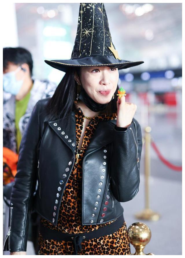 钟丽缇穿豹纹连体衣现身机场,戴女巫帽发糖,被赞俏皮可爱
