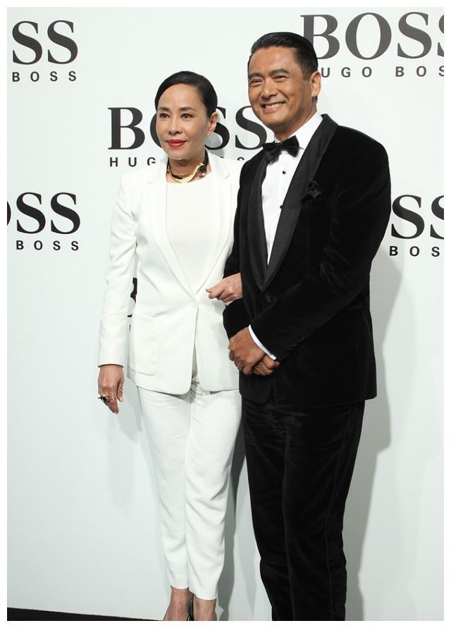 周润发之妻,纯色高级着装和老公一起出镜,真是越看越般配