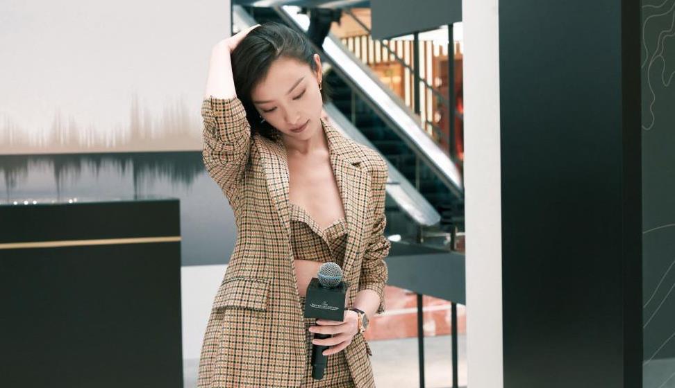 32岁倪妮太惊艳,罕见针细吊带裙配短发油背头,这直尺肩看自卑
