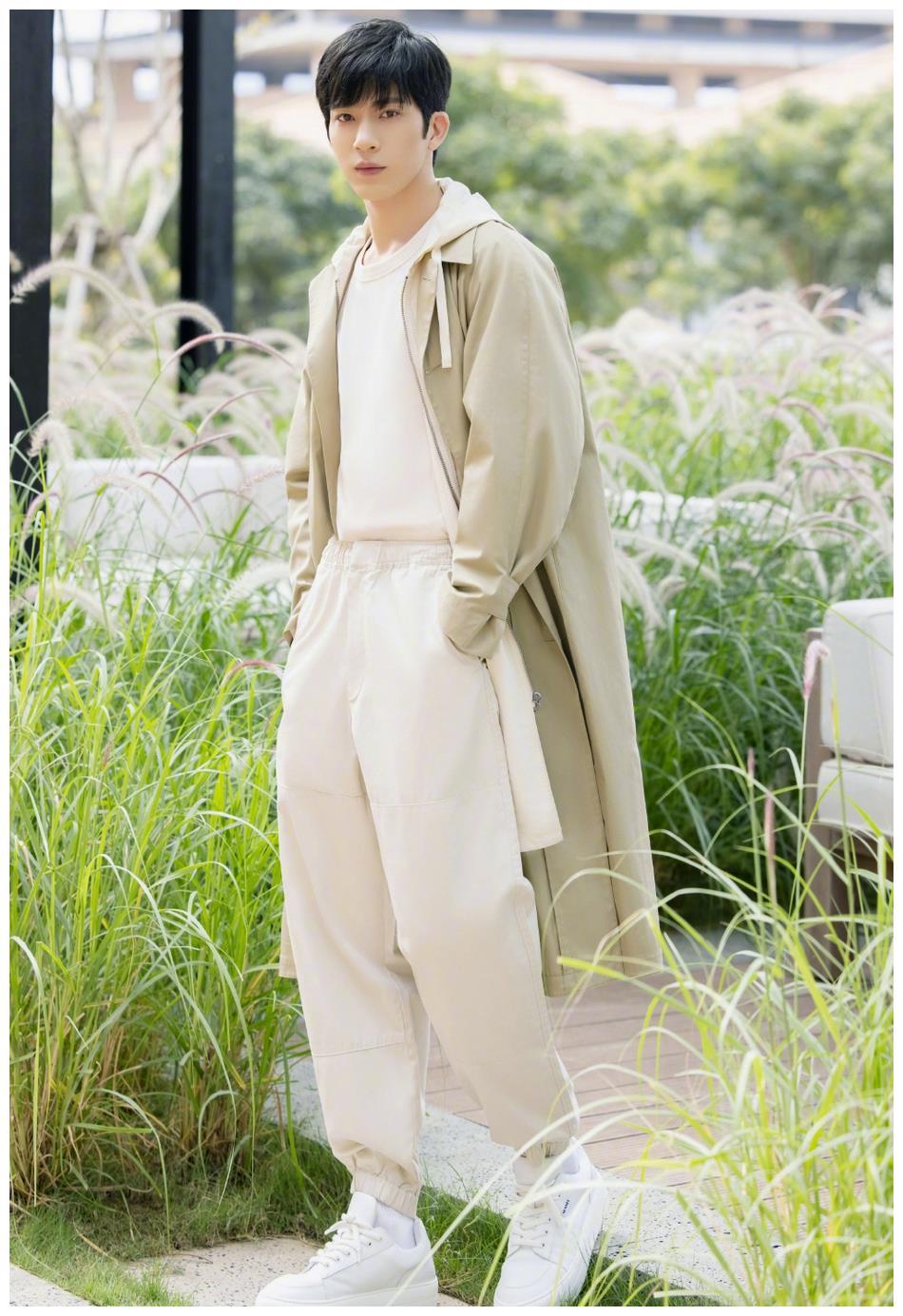 井柏然清新惬意 穿风衣置身花园阳光帅气