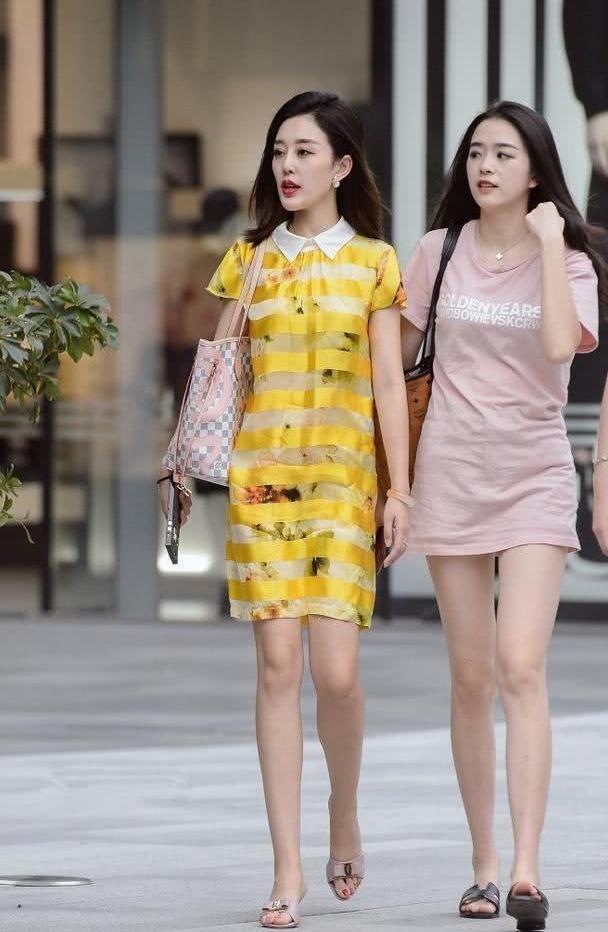 轻盈大方的连衣裙,看起来更加显年轻,展现时尚的纯美气质