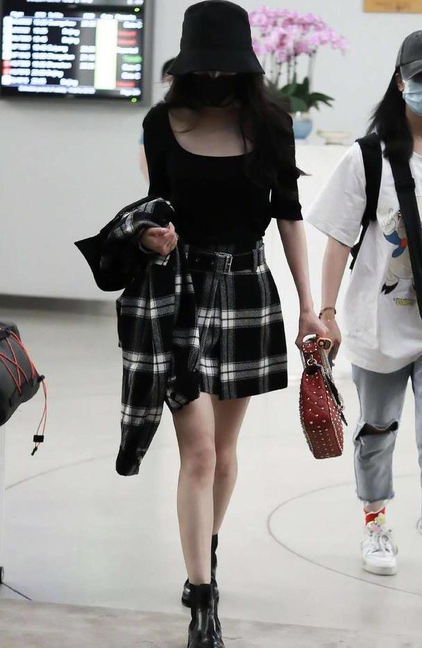 杨幂绯闻后全程低头走机场,穿方领衫配格子裙,长腿细腰依旧抢镜