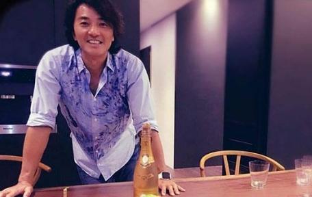 参观郑伊健在香港的豪宅,卧室布置成粉红色,看来蒙嘉慧还真幸福