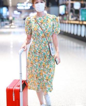 叶一茜穿碎花裙清新感十足,搭运动鞋也时髦,显嫩又有女人味