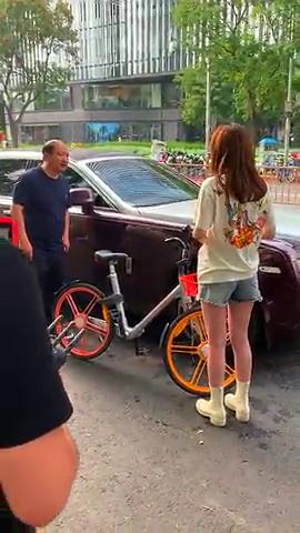 偶遇摩拜单车小女孩撞上保时捷,车主竟然是明星,有认识他的吗