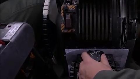 B-52轰炸机驾驶舱拥有良好的视野,全景天窗,复杂控制台