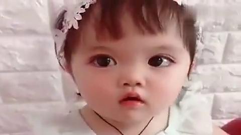 妈妈把萌娃甜宝打扮得像个小公主,今天的她好安静,有点不习惯了