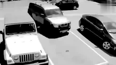 女司机的停车位被抢,监控拍下女司机疯狂一幕!