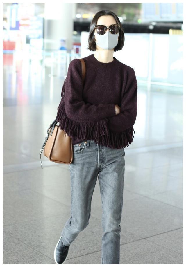 杜鹃现身机场,穿针织衫搭配牛仔裤,墨镜短发依旧干练