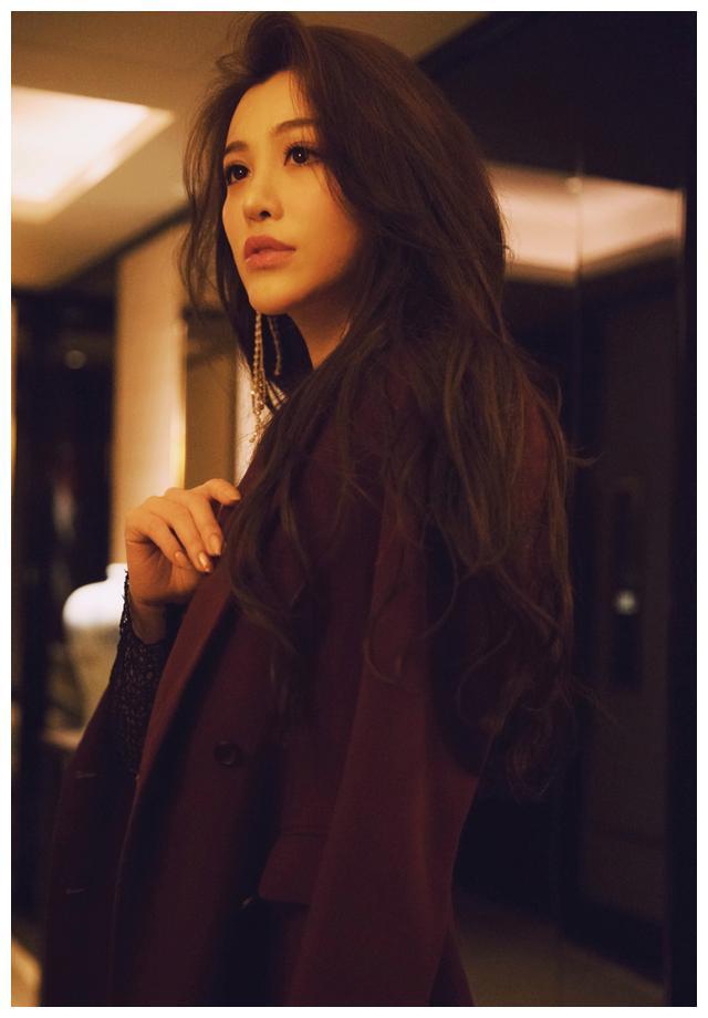 刘翔前妻葛天也太美了,穿网状上衣配荷叶喇叭裤,长卷发A到爆