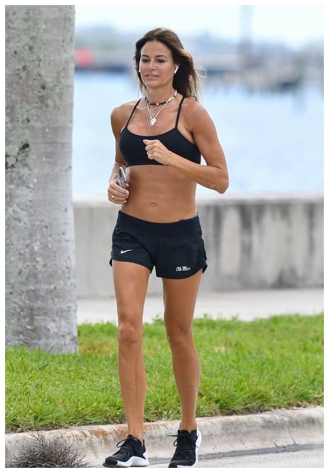 凯莉·本西蒙穿露脐装配小短裤狂秀身材,独自晨跑锻炼满面春光