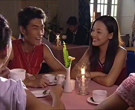 电话铃响了,张世想要接电话,结果李湘连忙出来阻止了他