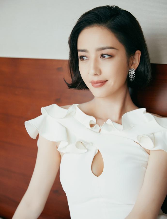 佟丽娅穿白裙清新优雅 胸前镂空小秀性感