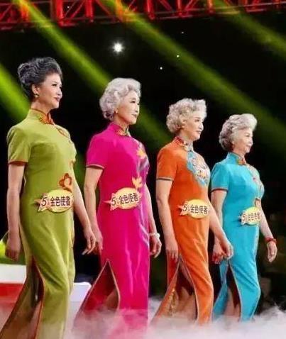 72岁时尚旗袍奶奶,满头银丝笑容美丽款款走T台,大美中国老人