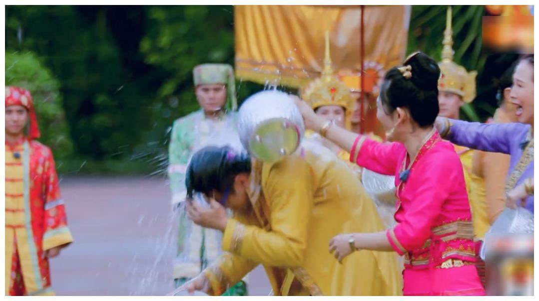 蔡少芬张歆艺玩泼水,看了她们被水泼后的脸,才大白为何吉娜不玩