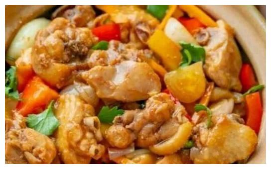 精选美食:丝瓜鸡蛋汤、剁椒海鲜菇、鱿鱼丝炒韭菜、胡萝卜焖鸡