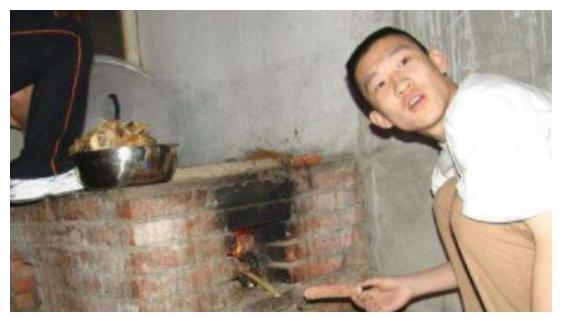 德云社旧照曝光,岳云鹏还是长发,曹云金在烧锅,让人感慨万千