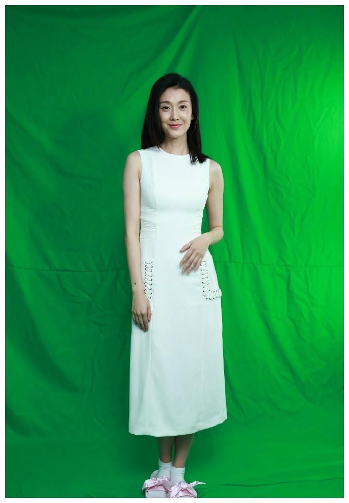倪景阳太有辨识度了,单眼皮已足够清纯,1米82穿白裙比例更抢镜