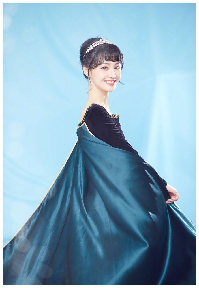 郑爽cos安娜公主笑容甜美 穿丝绒长裙戴皇冠优雅高贵