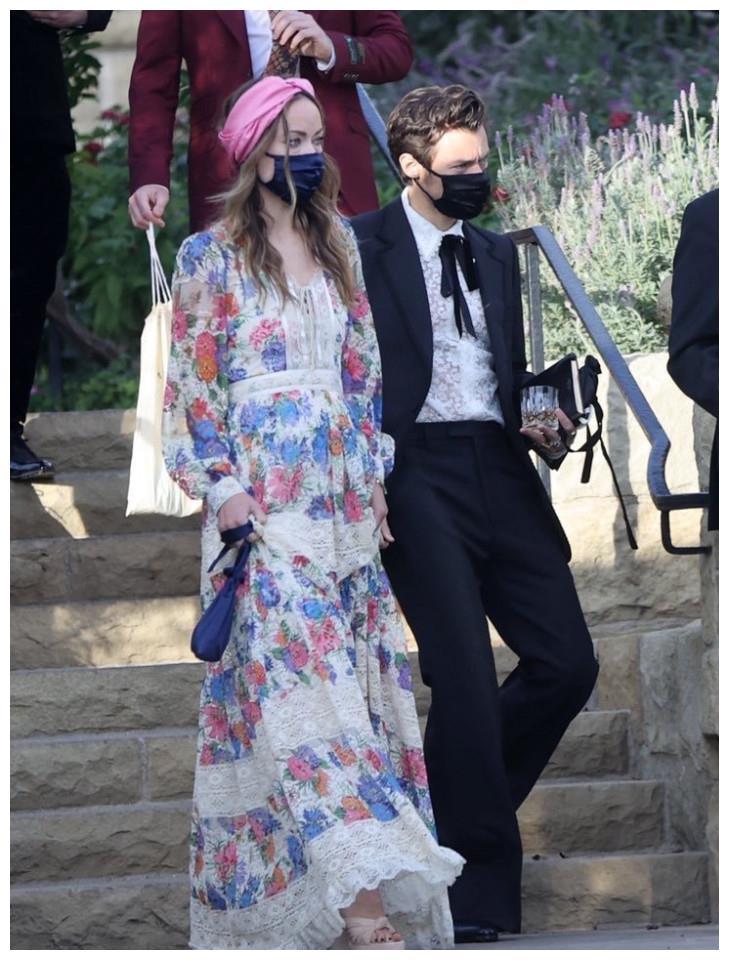 哈里·斯泰尔斯和奥利维亚·王尔德牵手亮相好友婚礼