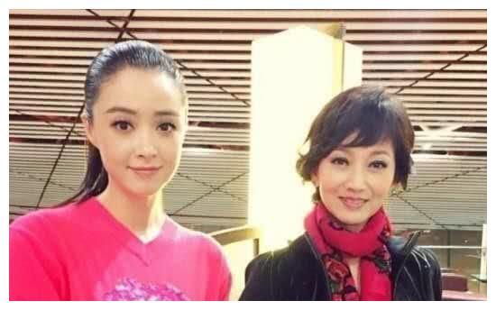 蒋欣和赵雅芝同框,肩宽体胖太突兀,相差28岁气质也被碾压!