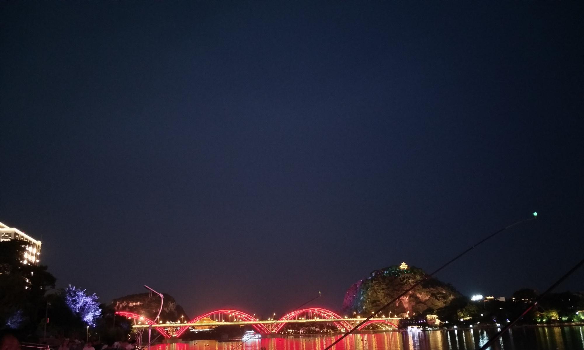 柳州夜景,一半高楼一半山水,在灯光的照应下美极了,值得一游!