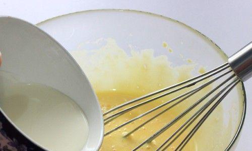 夏季越吃越清爽的甜品,这款诱人的巧可力芒果蛋糕卷,适合烤一卷