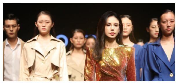 54岁的李若彤身穿金色紧身裙T舞台走秀,带领超模从霸气做起