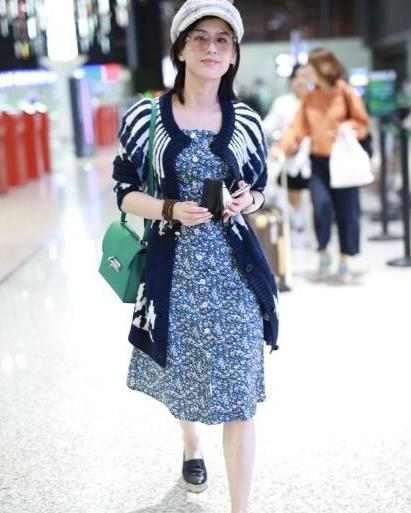 """黄圣依""""阔太身份""""提衣品,""""奶奶衫""""穿着也不显土,越看越时髦"""