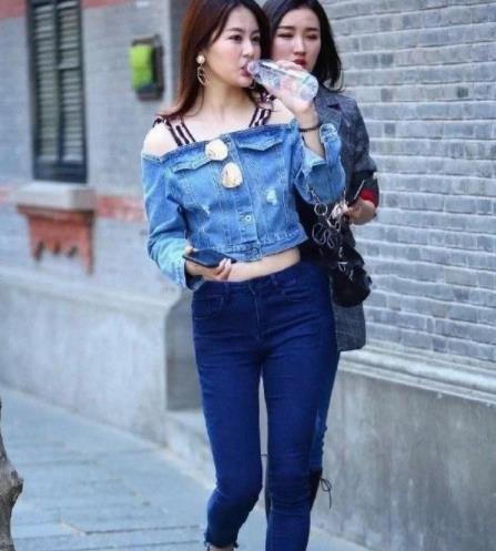街拍美图:牛仔装打扮的小姐姐,清新简约,美丽大方气质不凡!