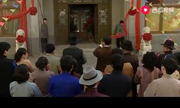明德绣庄:查理张想让大家一睹绣谱风采,但是程老爷不同意