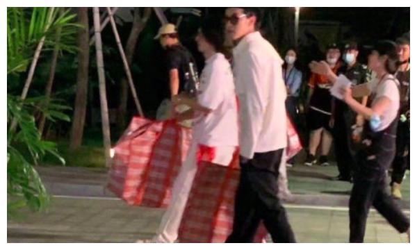 吴亦凡新节目路透照,贝雷帽搭配白衬衫,手上编织袋却意外火了!