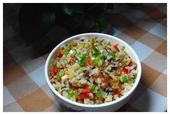 一个人吃饭,炒饭什么的最方便了:来一碗芽菜炒饭,简单又省事