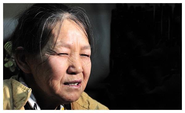 """""""拾荒妈妈""""张菲,收养30多名弃儿,可后来回报她的却屈指可数"""