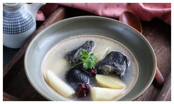 乌鸡炖汤配什么料好?山药红枣最合适,提高免疫力还补血